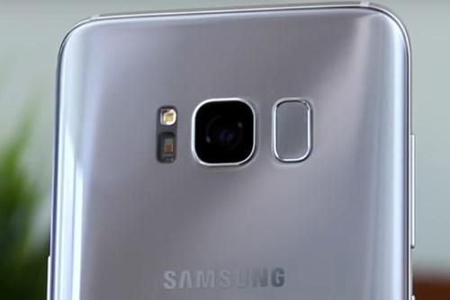 Сканер отпечатка в S8 расположен на задней панели
